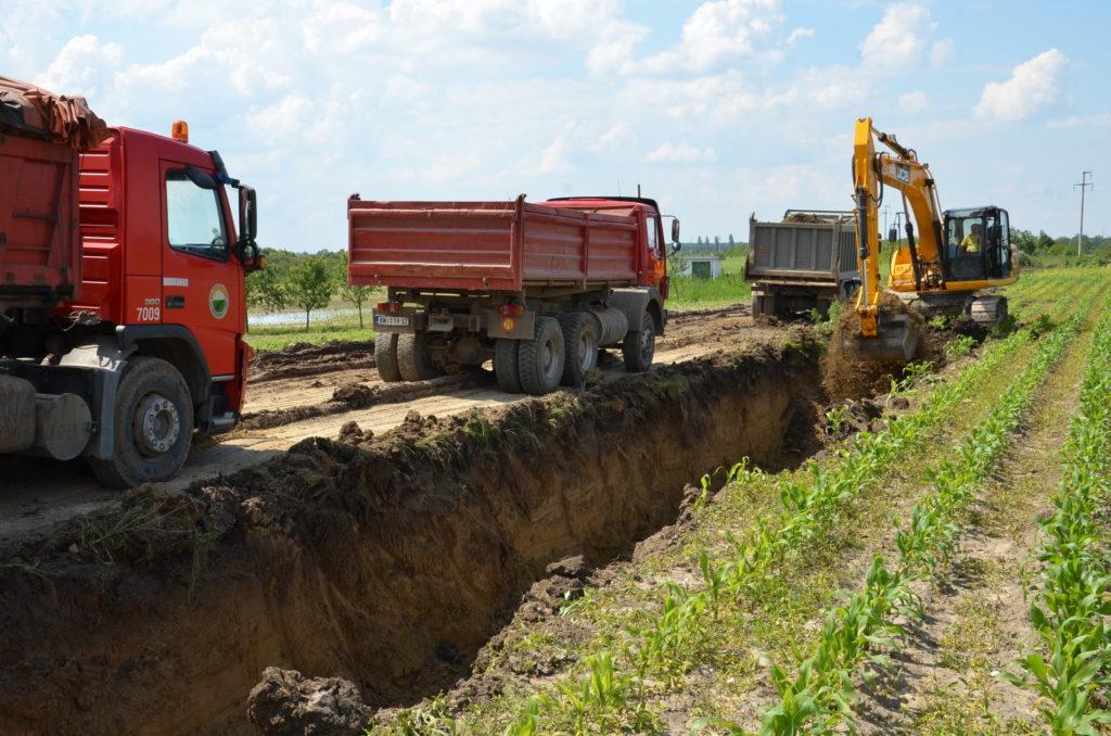 Ископ земље за подизање насипа у Босуту, 20.05.2014.