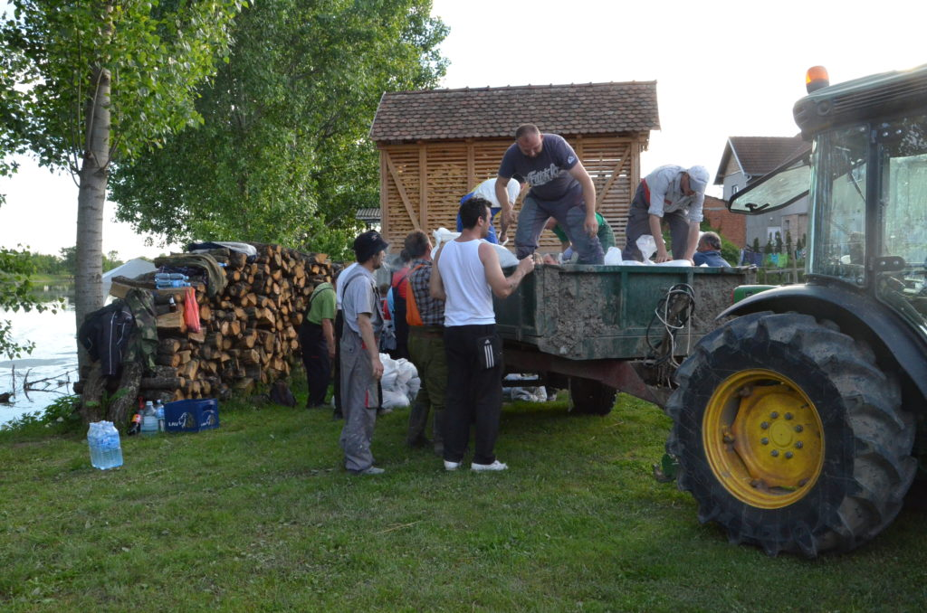 Постављање џакова уз леву обалу реке Студве у Моровићу, 19.05.2014.